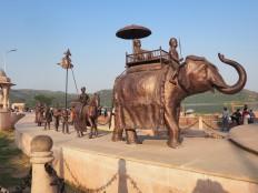 Statuts de bronze sur les bord de Jal Mahal - palais sur l'eau