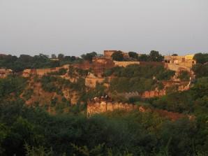 Vuer sur les fortifications derrière le Fort Amber