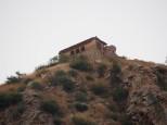 Regarder bien ! Au palais des singes de Jaipur, 3 léopards en position d'attaque sur les singes. Enorme moment ! 1 léopard sur le toit, 1 sur le mur et un dernier à l'aplomb du mur sur la droite. Un truc de FOU !!!