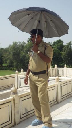 Le policier à chaud..très chaud au Taj Mahal