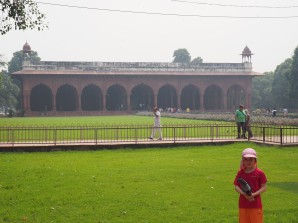 Jeanne et Sacado dans les jardins de Fort rouge - Delhi