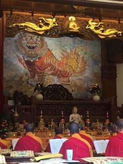 Séance de prière bouddhique - temple du bouddha géant de Leshan