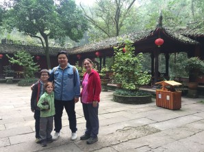 Thomas, JEanne, Ruy et Caro - Parc du Bouddha géant - Leshan