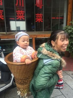 Fenghuang - Mamie et le porteur typique