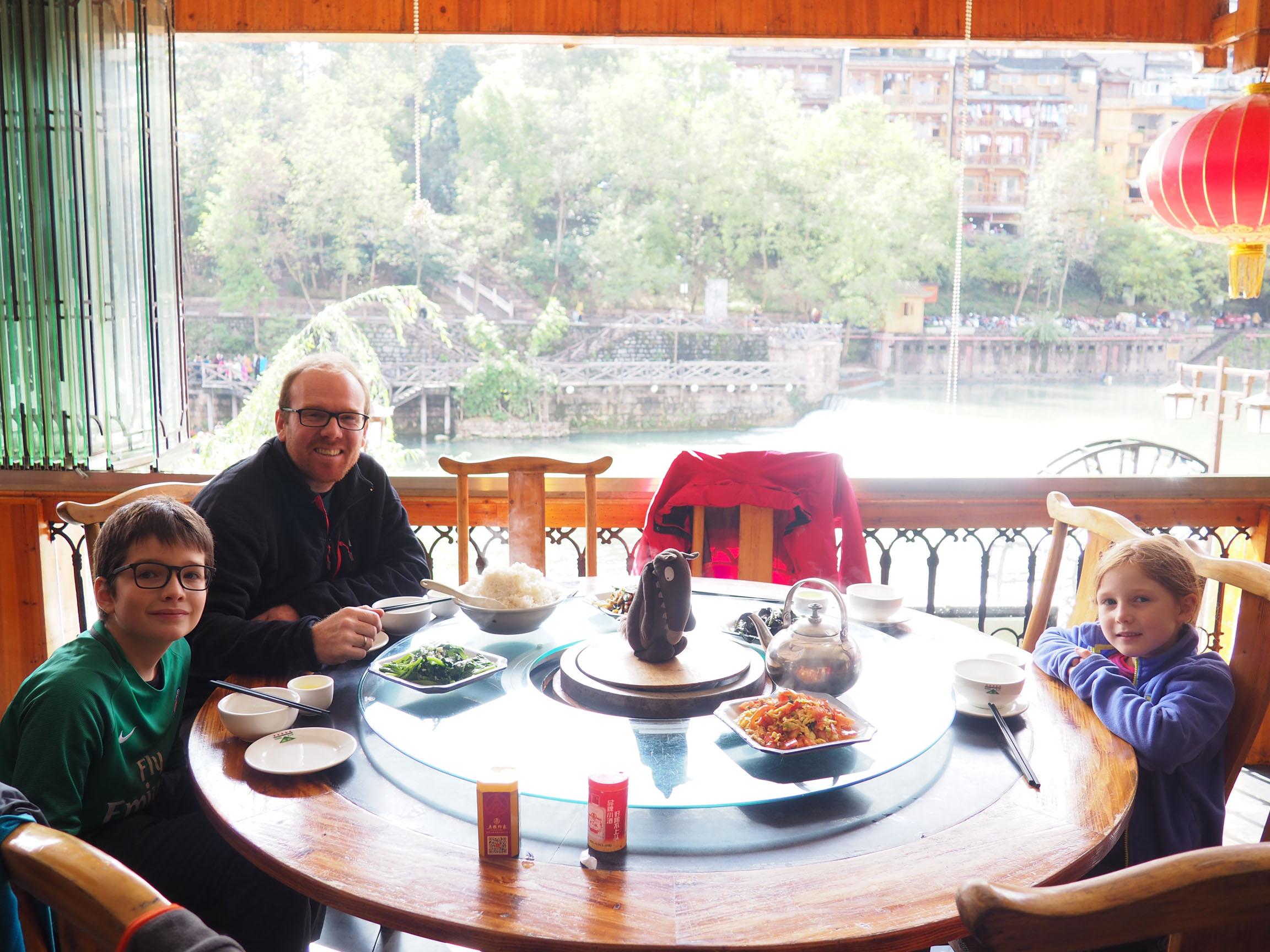 Repas sur une table traditionnelle chinoise – plateau tournant pour ...