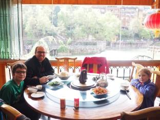 Repas sur une table traditionnelle chinoise - plateau tournant pour tous les convives