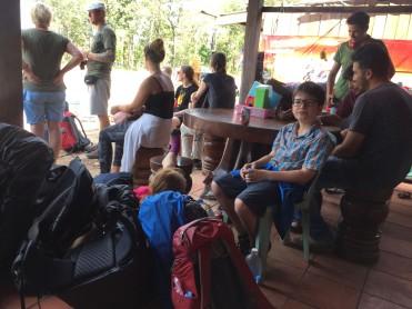 Attente du bus - frontière coté Cambodge