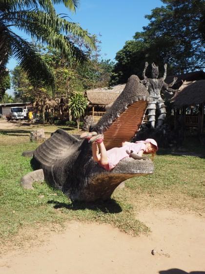 Vientiane - Bouddha park - Jeanne, Sacado dans la gueule du Croco