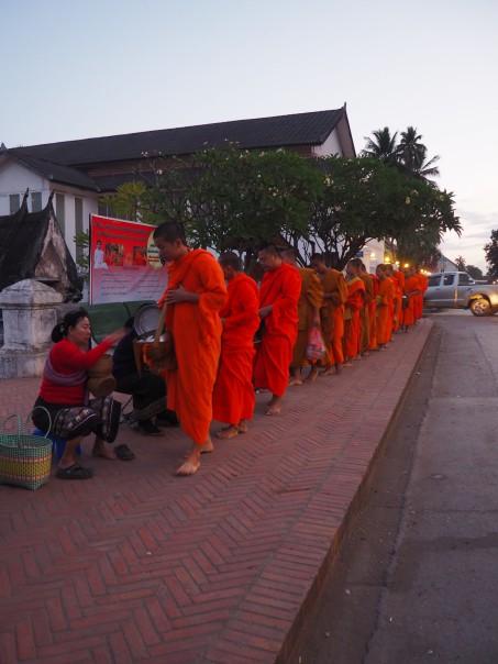Pocession des moines Luang Prabang